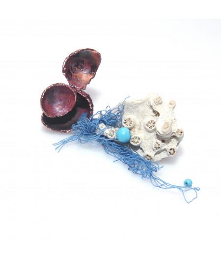 Broșă cu coral alb