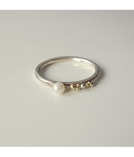 inel Sleeping Beauty asimetricdin argint si granulatie aur 14k cu perla de cultura alba