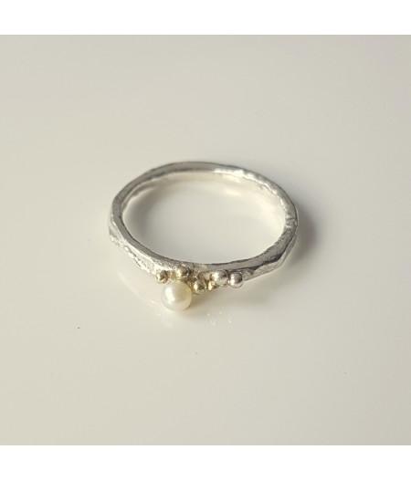 inel Sleeping Beauty asimetric din argint si granulatie aur 14k cu perla de cultura alba design organic